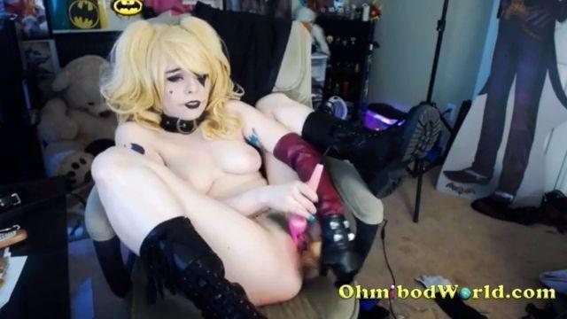 Fantastic Blonde Harley Quinn Cosplayer Cums On Cam