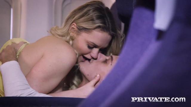 Das abenteuerlustige Baby Mia Malkova macht im Flugzeug Liebe mit einem Fremden