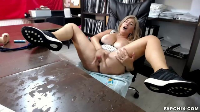 Gorgeus Big Boobs Cougar Squirting Her Juicy Vagina