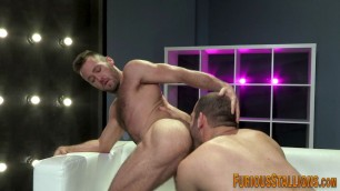 Muscly hunk gets rimmed
