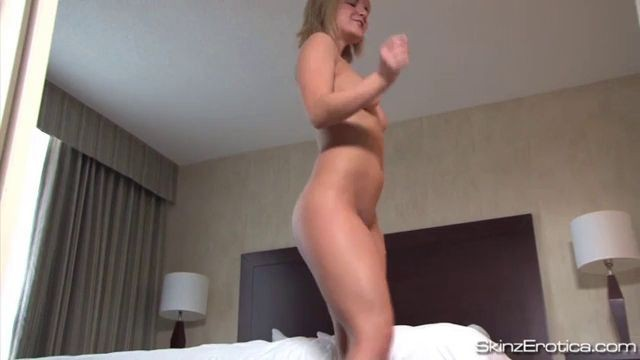 Solo with Eila Adams from Naken News demonstrates her hot body