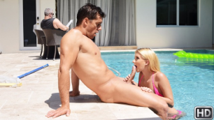 Attractive Riley Star Decides To Seduce The Pool Boy